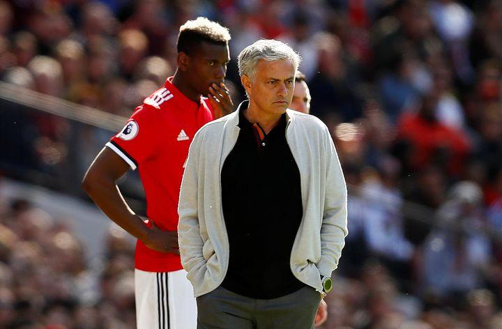 Paul Pogba, remplaçant, attend d'entrer en jeu derrière son entraîneur José Mourinho lors d'un match de Manchester United contre Watford, à Manchester (Royaume-Uni), le 13 mai 2018. (JASON CAIRNDUFF / REUTERS)