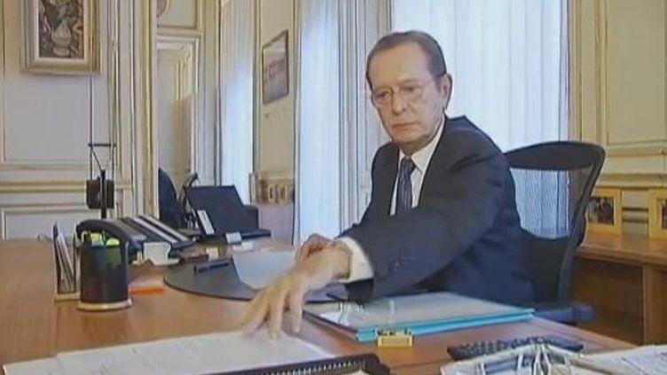 Le défenseur des droits, Dominique Baudis, le 6 décembre 2011 à Paris. (VIDÉO :LAURENCE DECHERF ET ANNIE TRIBOUART / FRANCE 2)