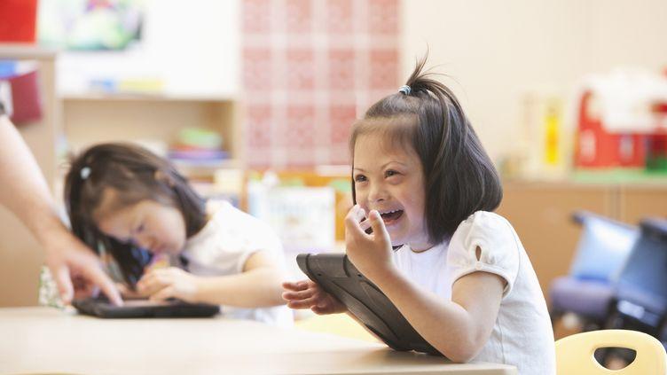 La scolarisation d'un enfant handicapé lui donneles mêmes chances que les autres de construire son avenir. (GETTY IMAGES)