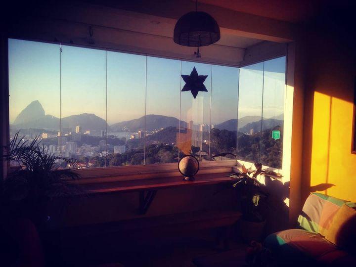 Coucher de soleil depuis la Casa 48,sur les hauteurs de Rio de Janeiro, avec le Pain de sucre en ligne de mire (Casa 48)