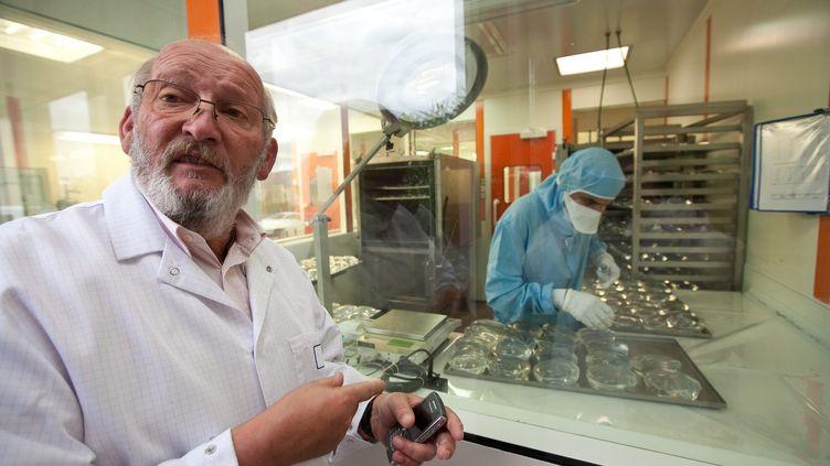 Jean-Claude Mas, président-fondateur de l'entreprise d'implants mammairesPIP, lors d'une visite dans des locaux de la société à La Seyne-sur-Mer (Var) en octobre 2009. (MAXPPP)