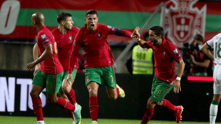 Cristiano Ronaldo a établi un nouveau record de buts en sélection après son doublé face à l'Irlande lors des éliminatoires de la Coupe du Monde 2022, le 1er septembre 2021. (PEDRO FIUZA / AFP)