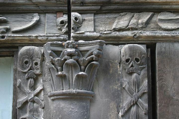 L'Aitre Saint-Maclou de Rouen : figures macabres sur une façade  (Photo12 / Gilles Targat)
