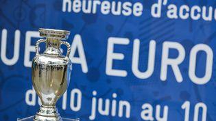 Le trophée Henri Delaunay, que vont se disputer les 24 équipes qualifiées pour l'Euro 2016 en France. (UGO AMEZ / SIPA)