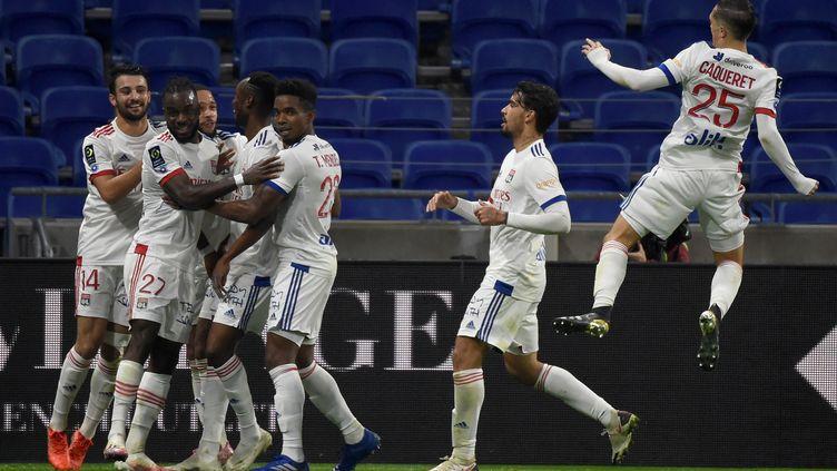 Les Lyonnais célèbrent la victoire face à l'ASSE (JEAN-PHILIPPE KSIAZEK / AFP)