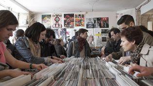 Des amateurs fouillent les bacs de disques chez le disquaire Ground Zero (Paris 10e) durant le Disquaire Day 2013.  (Xavier de torres/MAXPPP)