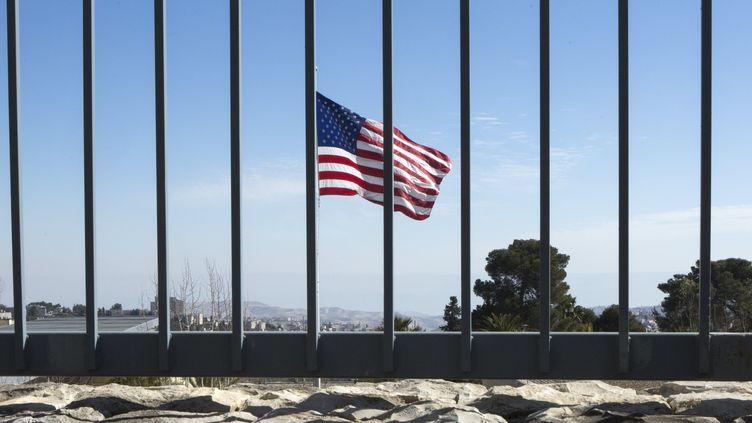 Une vue du drapeau américain derrière une clôture à l'intérieur du consulat des Etats-Unis à l'ouest de Jérusalem, le 23 janvier 2017. (JIM HOLLANDER / EPA)