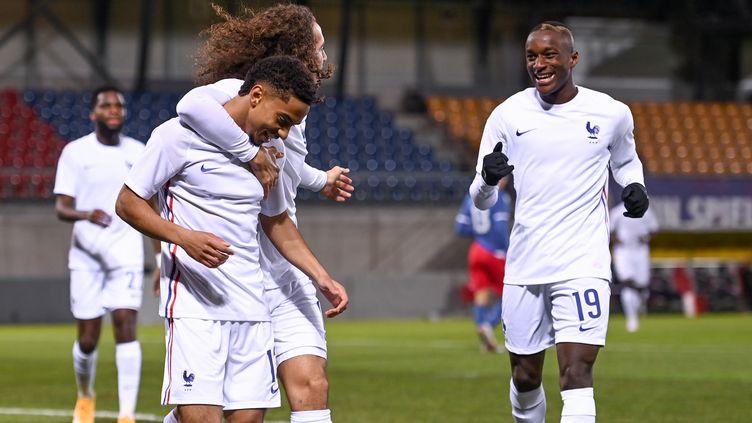 Le défenseur français Colin Dagba (à g.), le milieu de terrain français Matteo Guendouzi (2e à g.) et le milieu de terrain français Moussa Diaby (à d.) célèbrent la cascade de buts lors du match de qualification pour l'Euro 2021 contre le Liechtenstein, le 12 novembre.  (FABRICE COFFRINI / AFP)