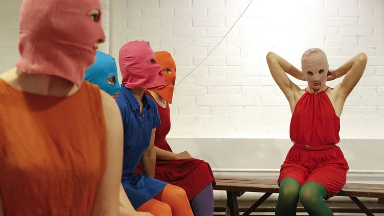Des membres du groupe féministe russe Pussy Riot s'expriment devant les journalistes sur le procès de trois de leurs camarades, le 13 août 2012 à Moscou. (WILLIAM WEBSTER / REUTERS)