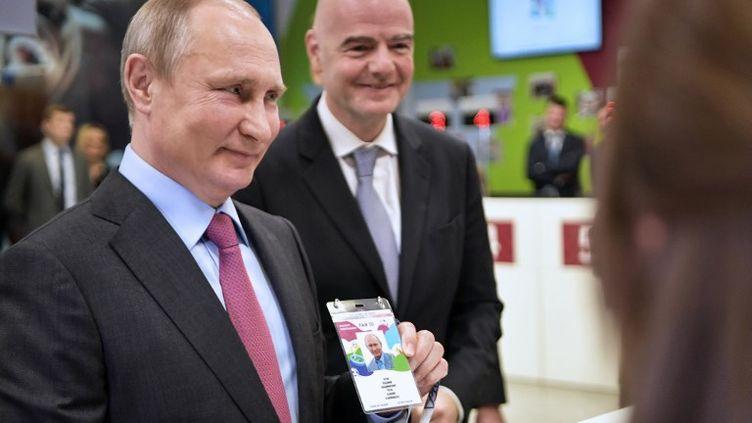 "Vladimir Poutine pose en montrant un ""Fan ID"" à Sochi, le 3 mai 2018. (ALEXEY NIKOLSKY / SPUTNIK)"