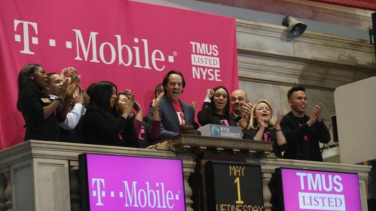 John Leger, patron de T-Mobile, à la bourse de New-York (Etats-Unis), le 1er mai 2013. ( BRENDAN MCDERMID / REUTERS)