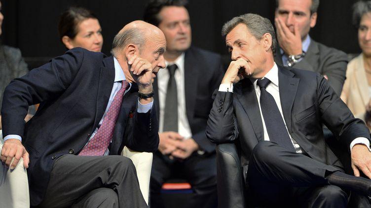 Alain Juppé et Nicolas Sarkozy, le 14 octobre 2015 à Limoges (Haute-Vienne). (NICOLAS TUCAT / AFP)