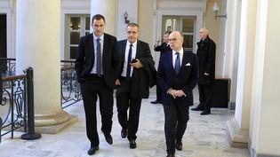 Le président du Conseil exécutif de Corse, Gilles Simeoni, le président de l'Assemblée de Corse, Jean-Guy Talamoni, et le ministre de l'Intérieur, Bernard Cazeneuve, à Ajaccio (Corse-du-Sud), le 30 décembre 2015. (PASCAL POCHARD-CASABIANCA / AFP)