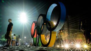 Les anneaux olympiques sur la plage de Copacabana à Rio (Brésil), le 1er août 2016. (LEON NEAL / AFP)