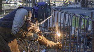 Un soudeur sur un chantier à Puteaux, en Île-de-France, le 2 avril 2021. (ERIC BERACASSAT / HANS LUCAS / AFP)