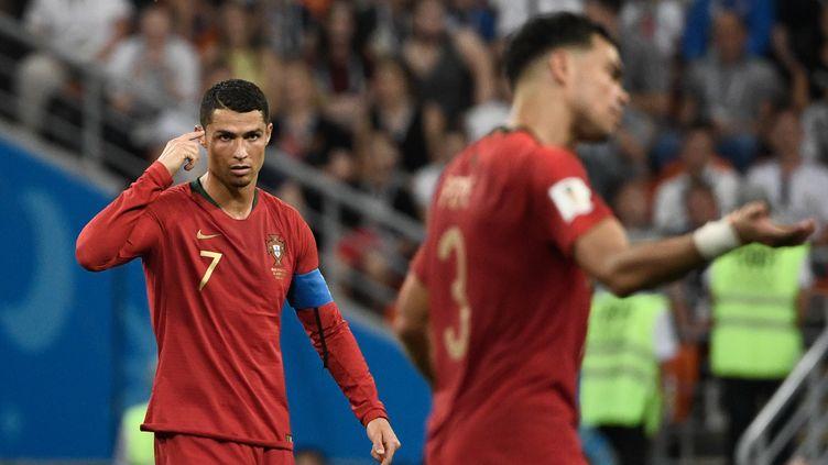 Cristiano Ronaldo réclame davantage de concentration à ses coéquipiers face à l'Iran, le 25 juin 2018, à Saransk (Russie). (FILIPPO MONTEFORTE / AFP)