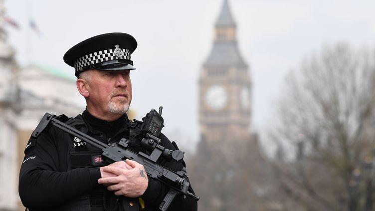 Un policier armé près du parlement britannique à Londres, jeudi 23 mars 2017. (JUSTIN TALLIS / AFP)