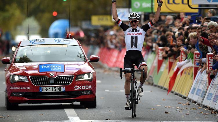 Kragh Andersen levant les bras à l'arrivée de Paris-Tours 2018. (GUILLAUME SOUVANT / AFP)