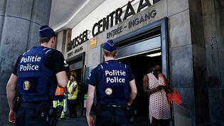 Des policiers devant la gare centrale de Bruxelles (Belgique), le 21 juin 2017. (ALEXANDROS MICHAILIDIS / SOOC / AFP)