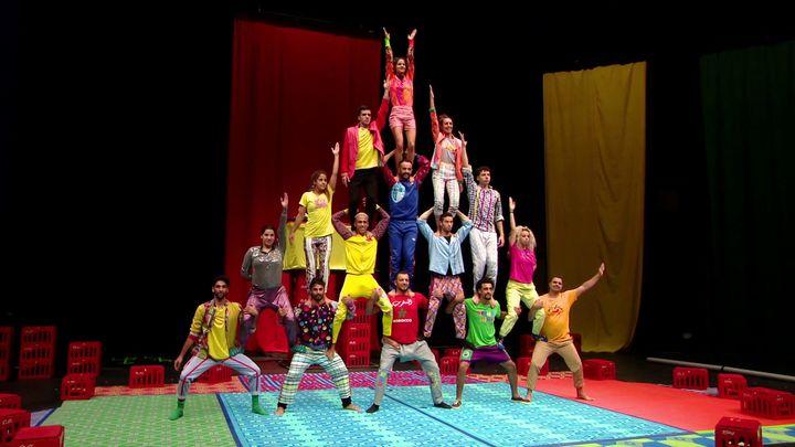 Les quinze interprètes du spectacle Fiq ! par le groupe acrobatique de Tanger (France 3 Normandie)