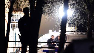 Des enquêteurs travaillent sur la scène de la fusillade qui a coûté la vie à trois personnes, samedi 2 avril 2016, dans la cité Brassens à Marseille (Bouches-du-Rhône). (BORIS HORVAT / AFP)