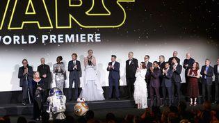 L'équipe de Star Wars 7 sur scène le 14 décembre 2015. (JESSE D. GARRABRANT / NBAE / GETTY IMAGES / AFP)