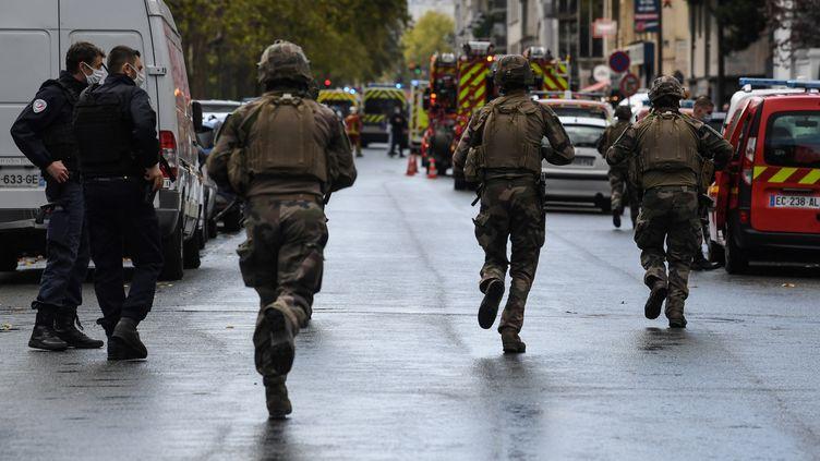 Des militaires et la BRI ont été mobilisés après l'attaque dans le 11e arrondissement de Paris. (ALAIN JOCARD / AFP)