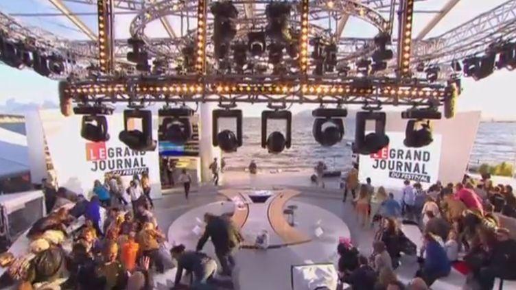 """Capture d'écran de l'émission """"Le Grand Journal"""" de Canal+ perturbée par un mouvement de foule à cause de tirs à blanc, le 17 mai 2013. (CANAL + / FRANCETV INFO)"""