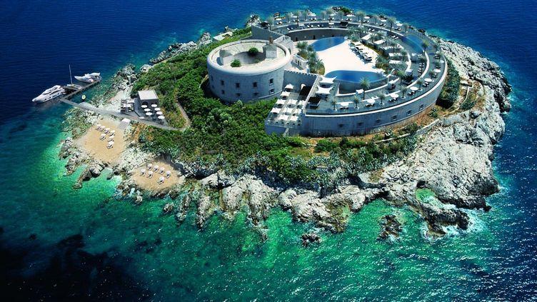 Une représentation en 3D de l'hôtel de luxe en projet de construction sur l'îlot de Mamula, diffusée le 16 janvier 2016. (SALT AND WATER STUDIO / AFP)