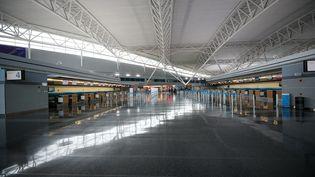Descomptoirs d'enregistrement vides, à l'aéroport internationalJohn-F.-Kennedy, à New York (Etats-Unis), le 13 mars 2020, en pleine pandémie de Covid-19. (TAYFUN COSKUN / ANADOLU AGENCY / AFP)