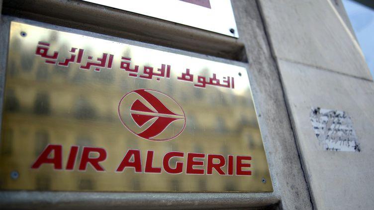 Une plaque devant les locaux de la compagnie Air Algérie, à Paris, jeudi 24 juillet 2014. (STEPHANE DE SAKUTIN / AFP)