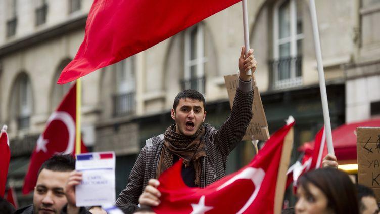 Des manifestants pro-Turquie défilent devant l'Assemblée nationale, à Paris, le 22 décembre 2011, pour protester contre la loi punissant la négation du génocide arménien. (FRED DUFOUR / AFP)