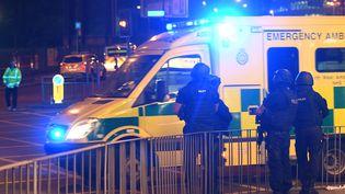 Un véhicule de police près de la Manchester Arena, une salle de concert au Royaume-Uni où une explosion a fait plusieurs morts, le 22 mai 2017. (PAUL ELLIS / AFP)