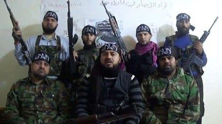 Capture d'une vidéo montrant des combattants de l'opposition syrienne menaçant d'attaquer des villages chrétiens, s'ils ne font pas partir les forces officielles. (AFP/YOUTUBE)