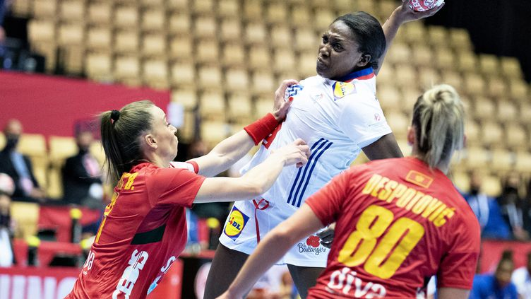 Grace Zaadi Deuna au tir face au Monténégro à l'Euro 2020 (HENNING BAGGER / RITZAU SCANPIX)