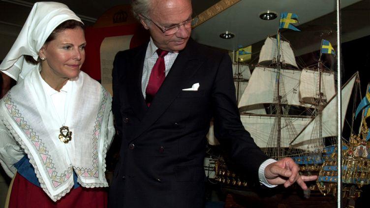 Le roi Carl Gustav et la reine Silvia de Suède devant une maquette du Kronan en 2002   (Stefan Lindblom/SCANDY/MAXPPP)