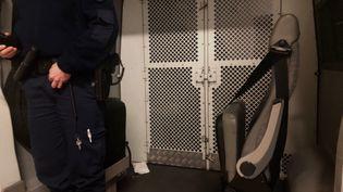 Lors des transferts de détenus, les gardiens de l'administation pénitentiaire ne disposent d'aucun moyen de protection face au coronavirus, dénonce Maître Khadija Aoudia. (MARGAUX STIVE / FRANCE-INFO)