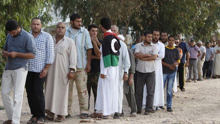 La foule se presse vendredi 21 octobre devant l'endroit où repose la dépouille de l'ancien dictateur Mouammar Kadhafi, à Misrata. (REUTERS)