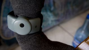 Un homme soumis à une surveillance via un bracelet électronique, le 19 mai 2021, à Briançon (Hautes-Alpes). (THIBAUT DURAND / HANS LUCAS / AFP)