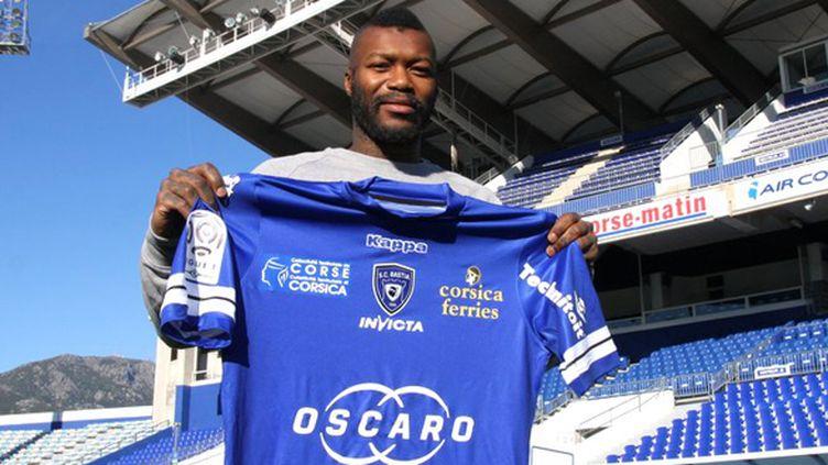 Djibril Cissé a posé avec le maillot du SC Bastia. (PICASA)