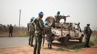 Le 21 janvier 2021, des Casques bleus rwandais de la Minusca contrôlent la route de Bangui à Damara, en République centrafricaine, frappée par des attaques sporadiques des groupes rebelles. (VERGNES FLORENT / AFP)