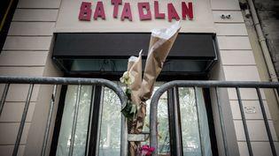 De fleurs déposés devant le Bataclan en novembre 2016, en hommage aux victimes de l'attentat dans la salle de concert le 13 novembre 2015. (PHILIPPE LOPEZ / AFP)
