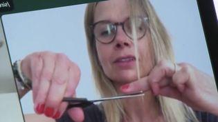 Comment gérer sa coupe de cheveux quand on est confiné ? Les tuyaux de France 2 pour éviter l'accident capillaire. (France 2)