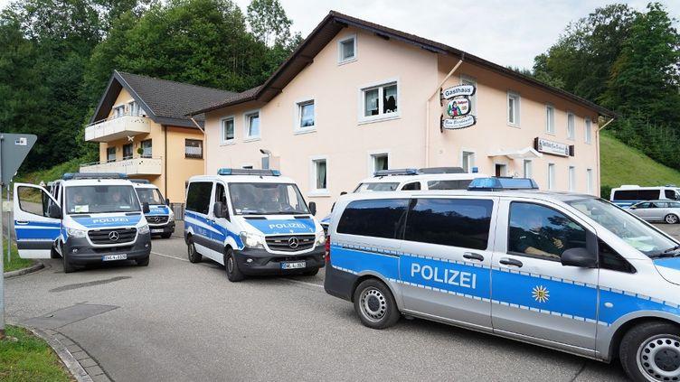 Les forces de l'ordre à Oppenau (Allemagne),où le fugitifYves Rausch, 31 ans, a été arrêté le 17 juillet 2020. (BENEDIKT SPETHER / DPA / AFP)