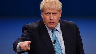 Boris Johnson à la tribune de la convention annuelle du Parti conservateur, à Manchester en Angleterre, le 2 octobre 2019. (PAUL ELLIS / AFP)