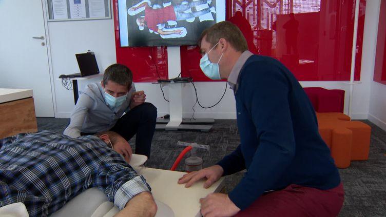 Les ingénieurs de chez Michelin conçoivent le coussin glonfalble pour soulager les malades en réanimaiton (France 3)