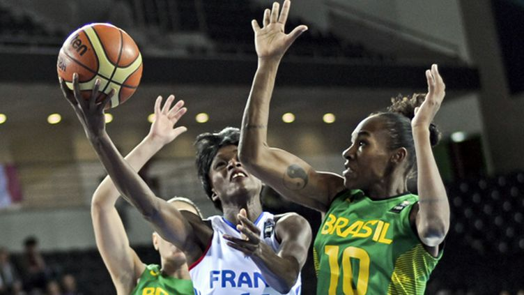 La Française Emilie Gomis attaque la défense du Brésil (OZAN KOSE / AFP)