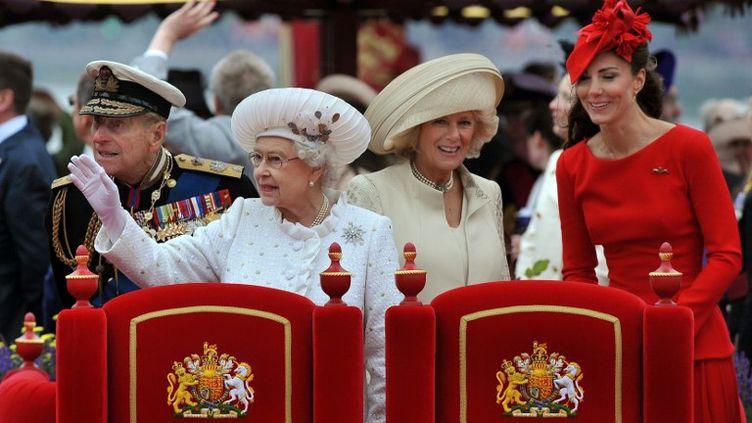 La reine Elizabeth II, la duchesse de Cornouaille,Camilla, et Catherine,la duchesse de Cambridge, lors du jubilé de la reine, le 3 juin 2012, à Londres (Royaume-Uni). (JOHN STILLWELL / POOL)