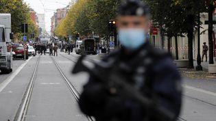 Un policier à Nice après l'attaque à Nice le 29 octobre 2020. (SEBASTIEN NOGIER / EPA)
