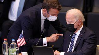 Emmanuel Macron et Joe Biden à Bruxelles (Belgique), le 14 juin 2021. (DURSUN AYDEMIR / ANADOLU AGENCY / AFP)